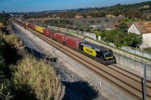 Comboio transporte mercadorias MEDWAY num ambiente rural